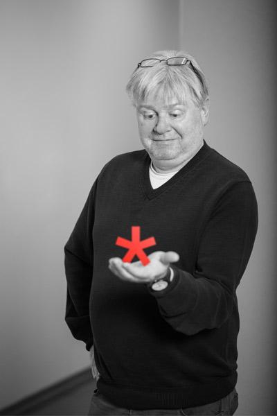 Martin Kägi trägt das Logo von ARCHITEXT auf der Hand.